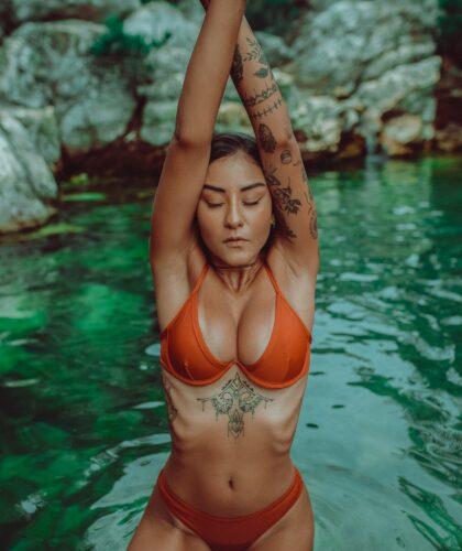 девушка расслабляется в воде