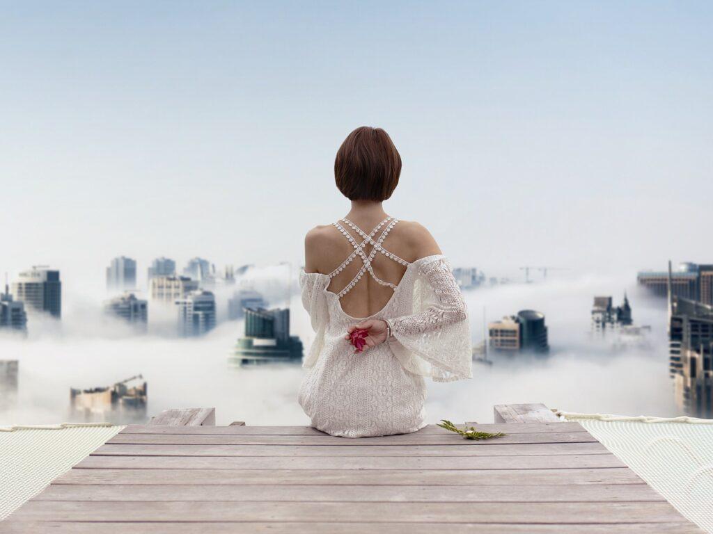 девушка в платье на пирсе