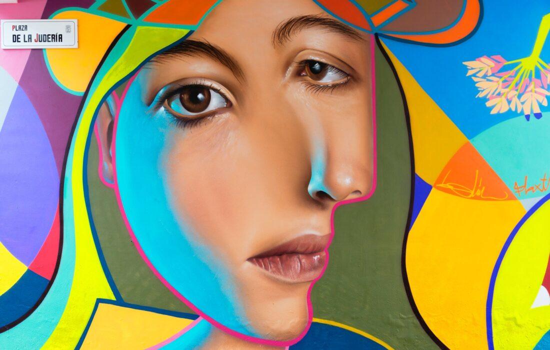 девушка в абстракции на стене