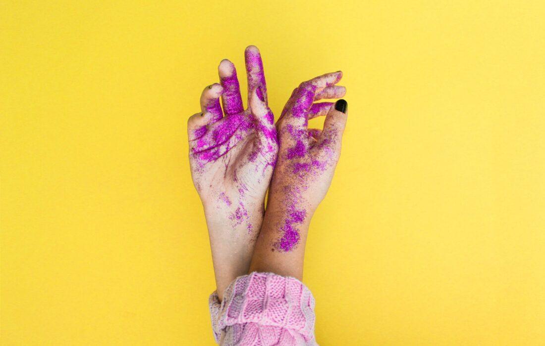 руки в блесточках