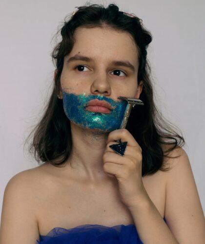 девушка с бритвой
