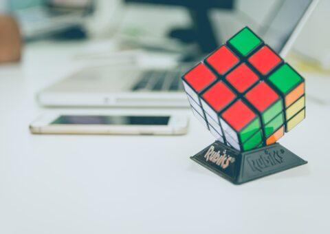 кубик рубика на столе