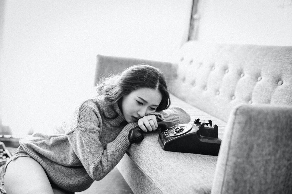 грустная девушка с телефоном