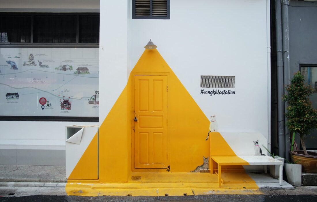 дверь в стене в желтом треугольнике