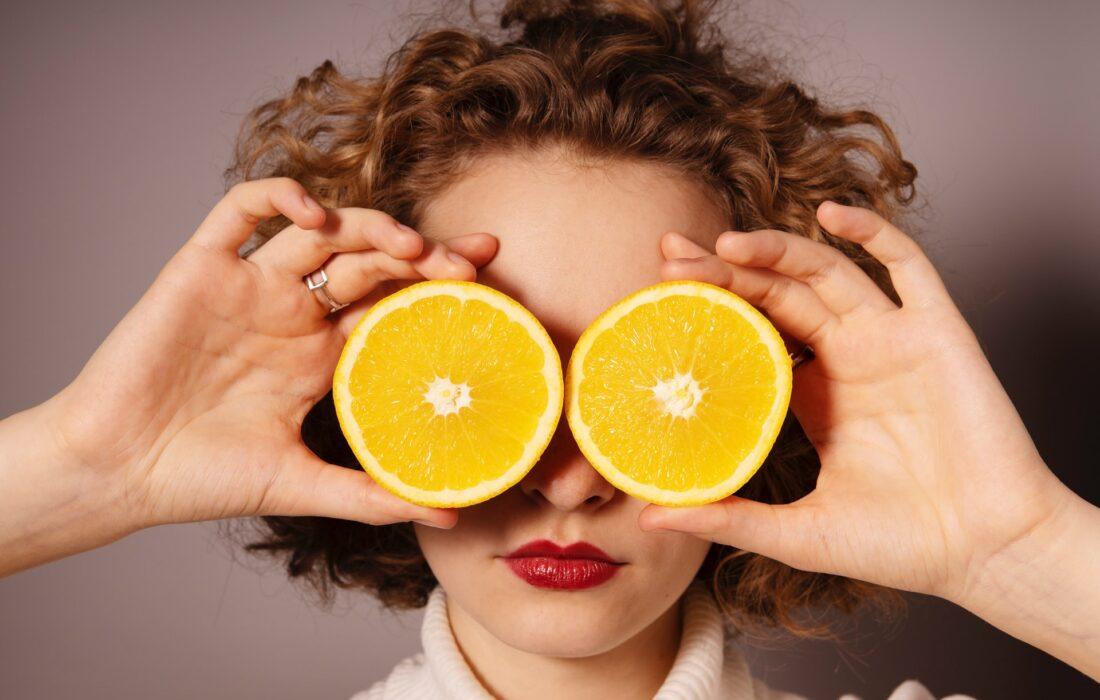 девушка с апельсинами у глаз