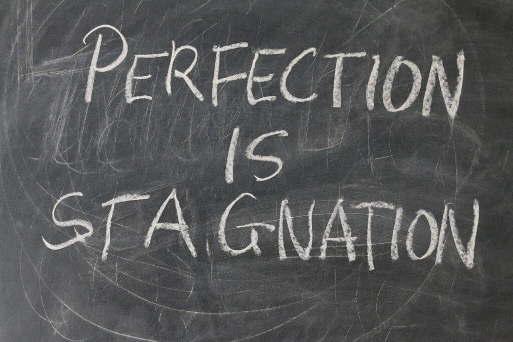 """надпись на доске """"совершенство - это застой"""""""