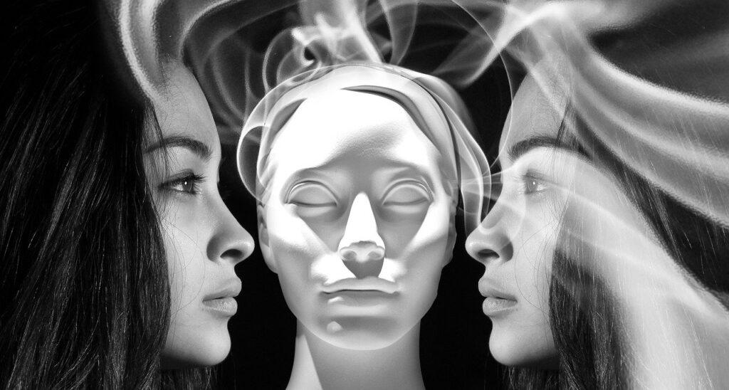 манекен между девушками