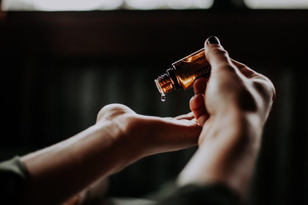 девушка капает масло на руку
