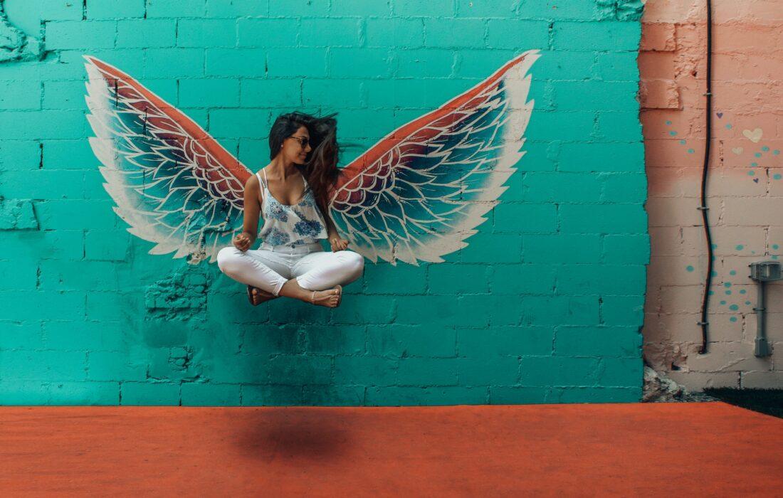 девушка с крылышками
