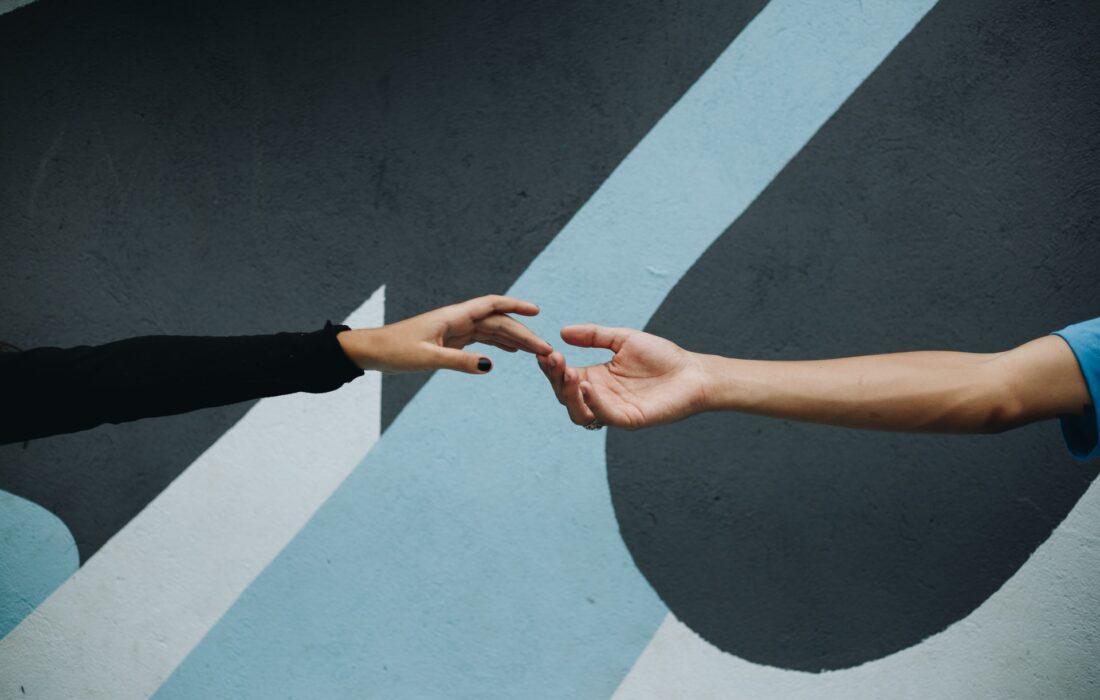 руки касаются друг друга