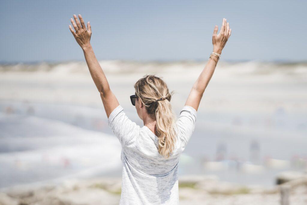 девушка с поднятыми руками