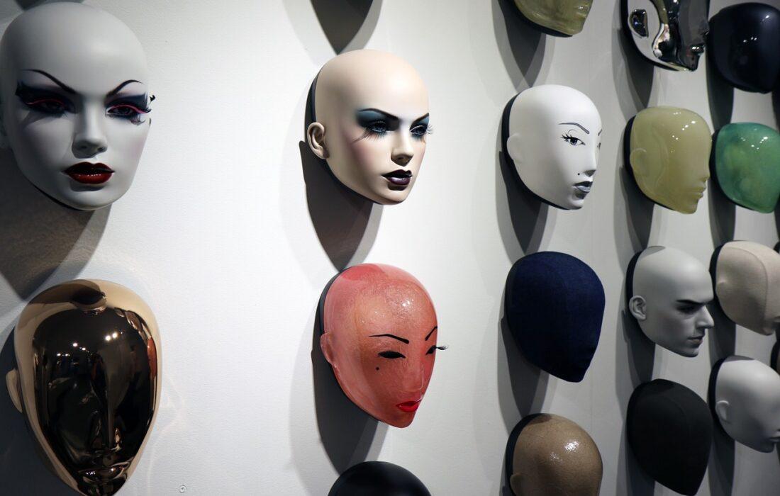 маски на стене