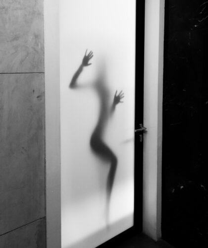 силуэт девушки за дверью