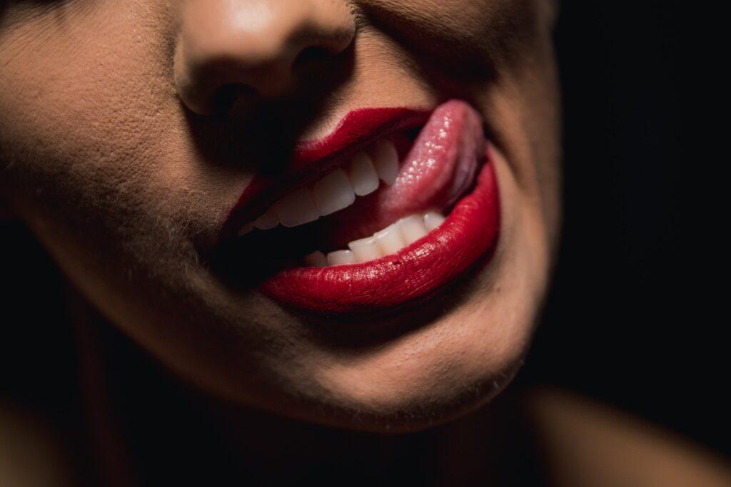 девушка облизывает губу