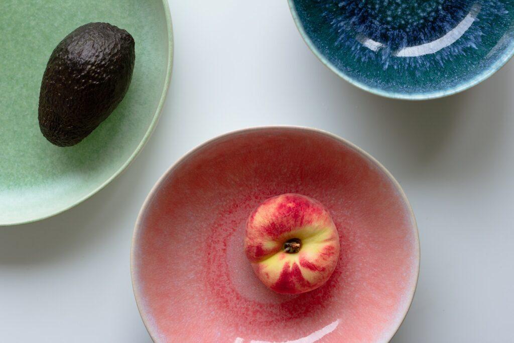 фрукты в тарелках