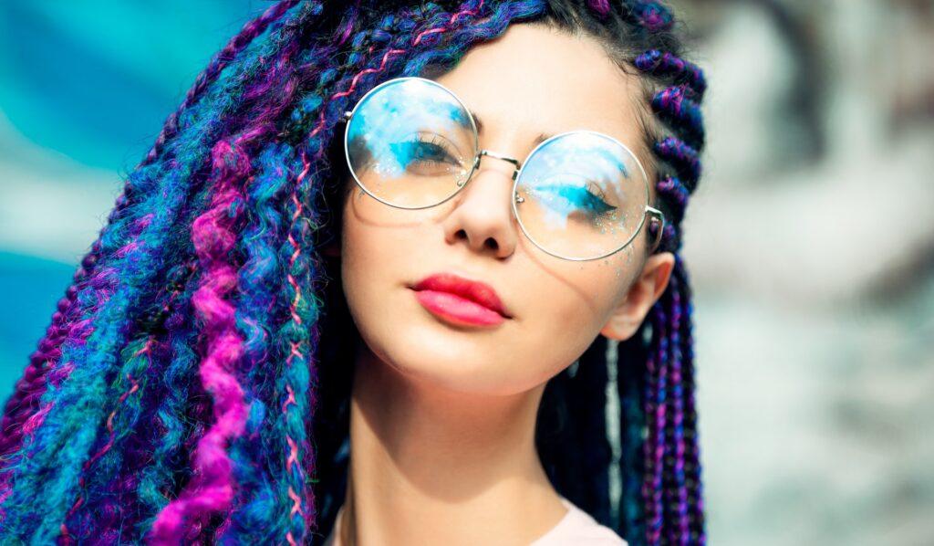 девушка с дредами в очках
