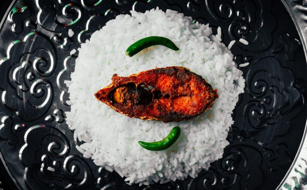 рис с рыбой на блюде