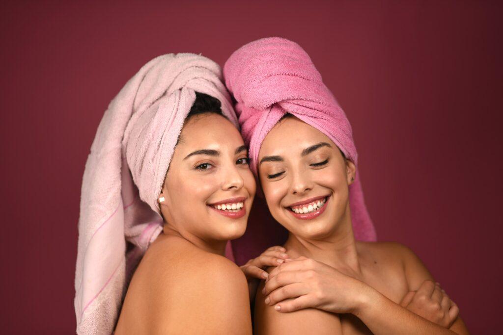 девушки с полотенцами на голове