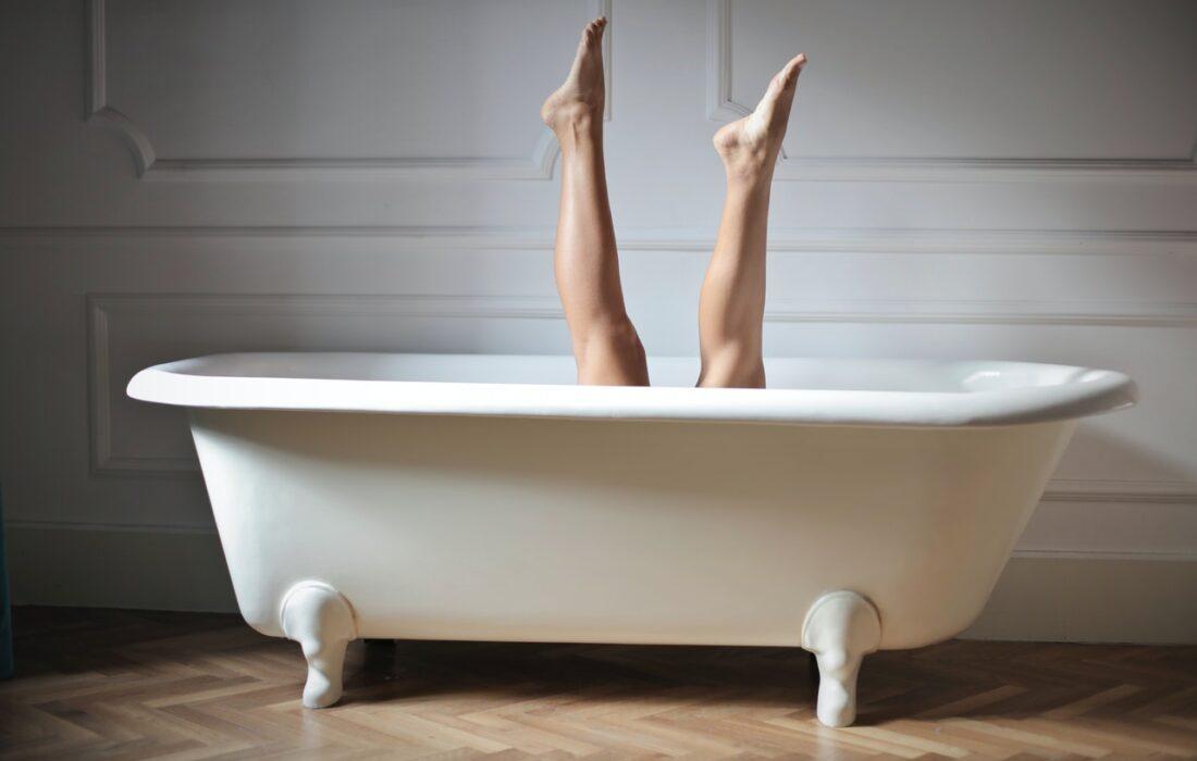 ноги в ванной