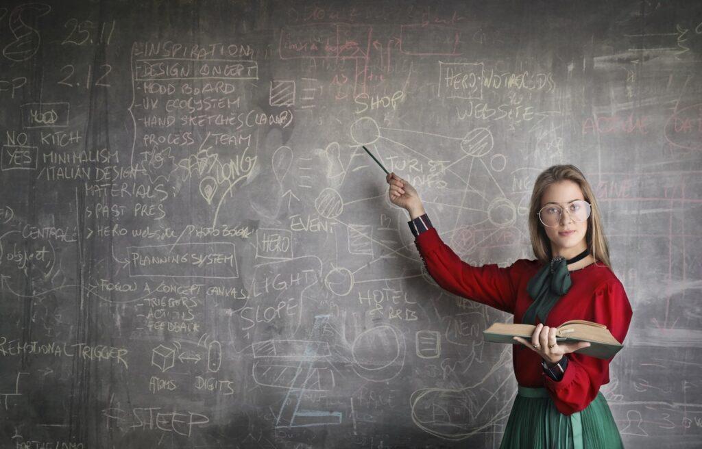 девушка с формулами