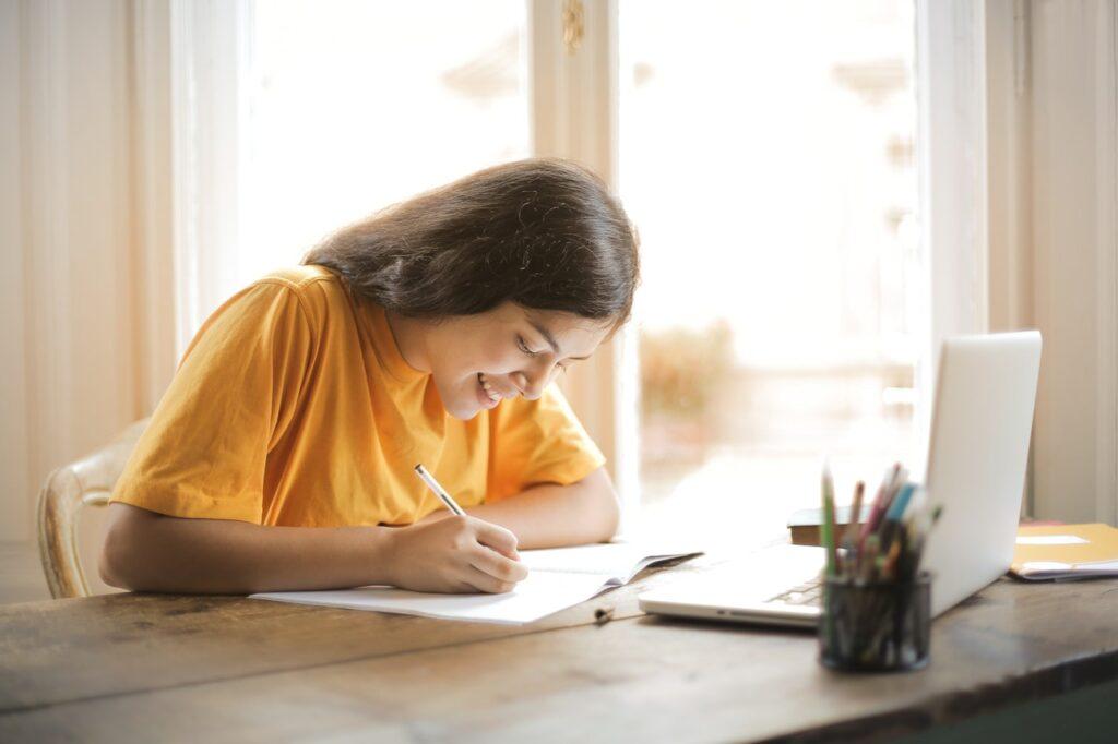 девушка учится