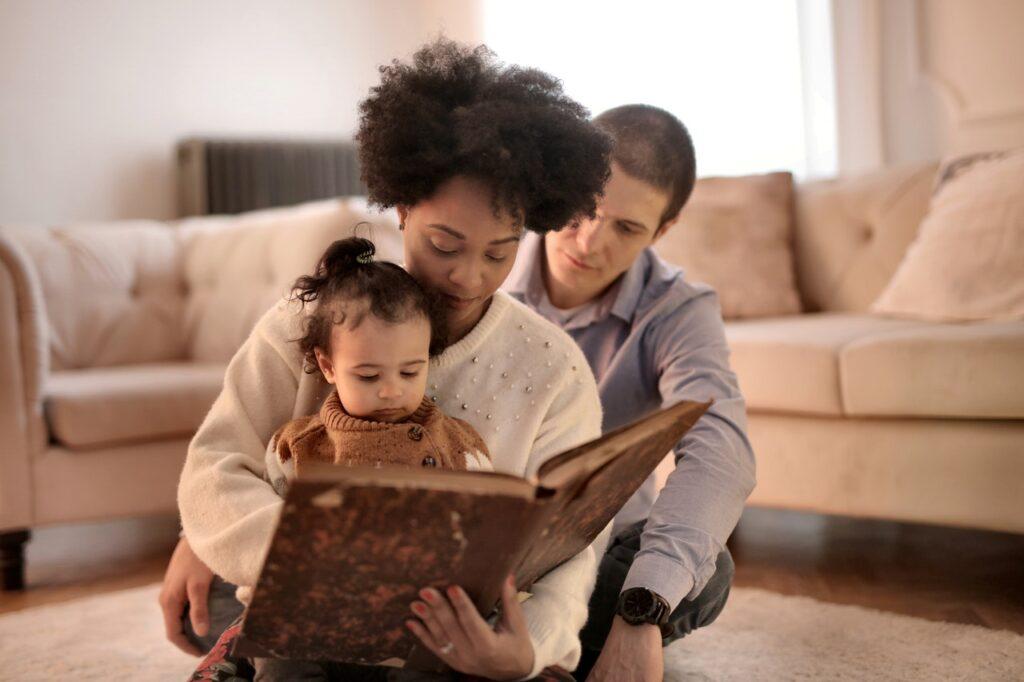 семья читает книгу
