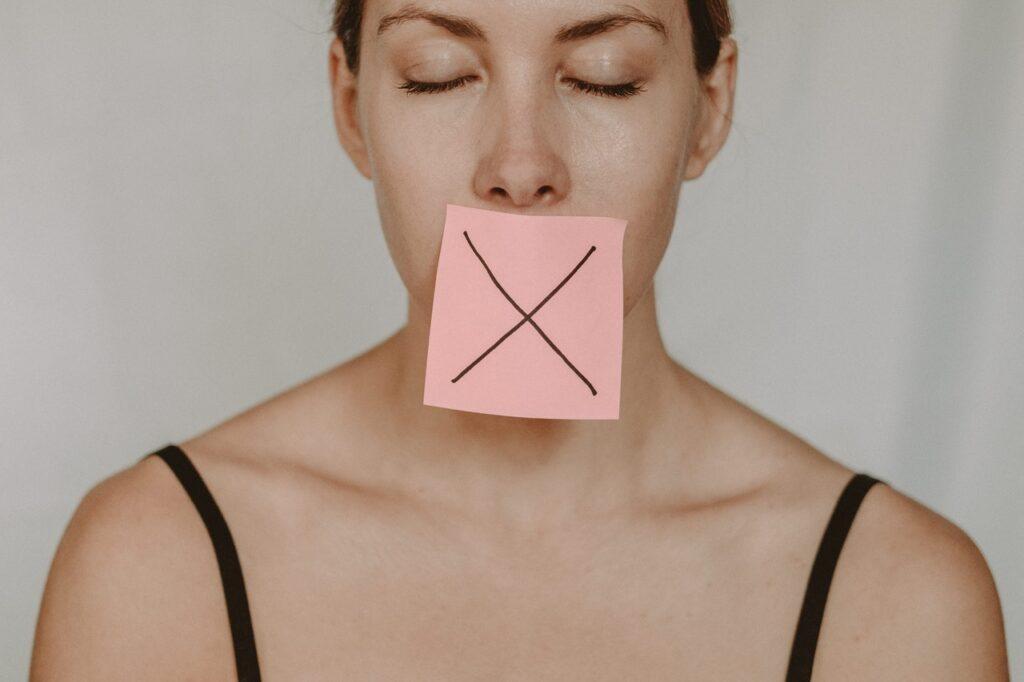 стикер у девушки на рту