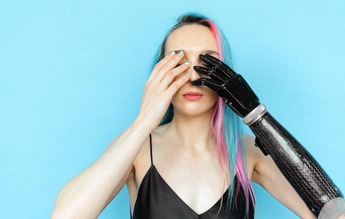 девушка с искусственной рукой
