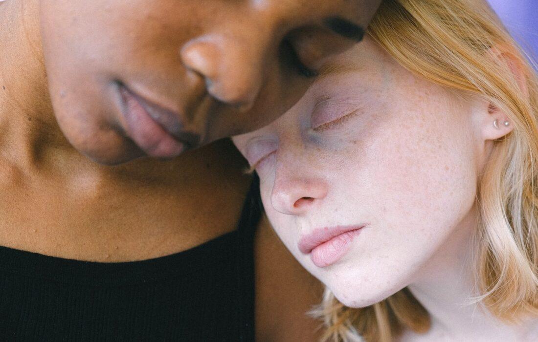 две девушки разного цвета кожи