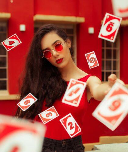 девушка с картами