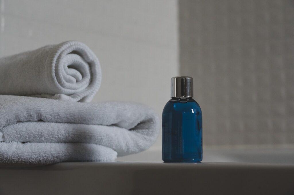 полотенца и шампунь
