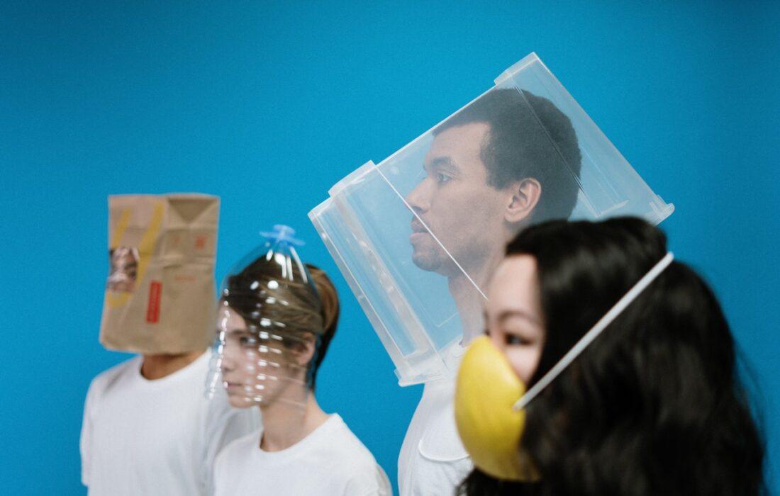люди с предметами на головах