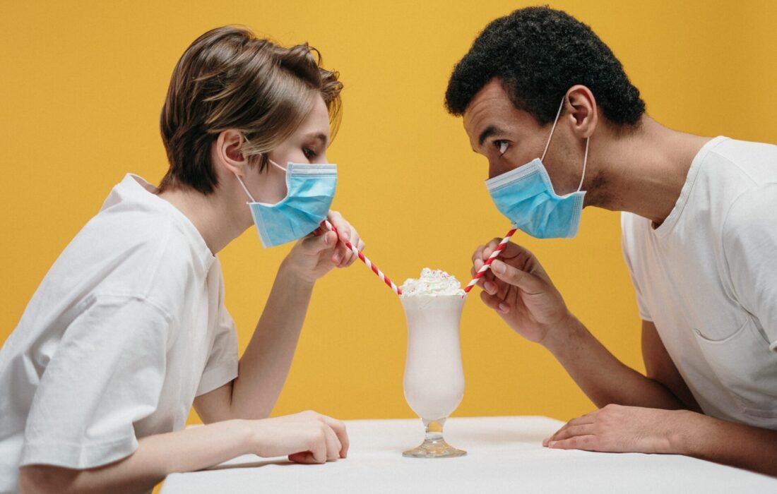 люди пьют коктейль в масках