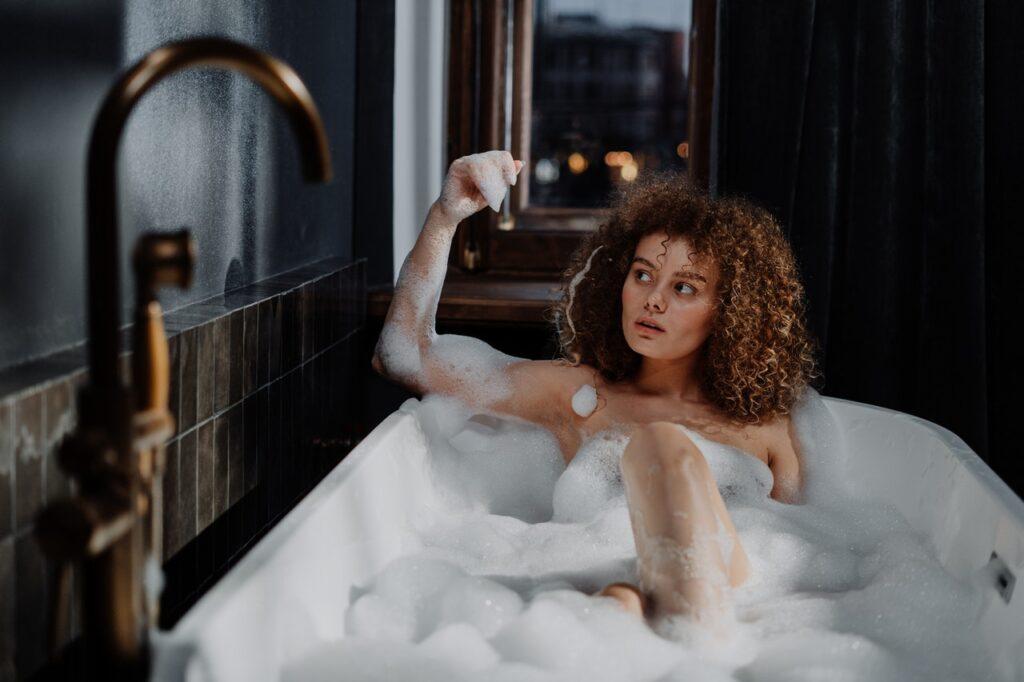 девушка в пенной ванне