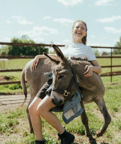девушка с осликом