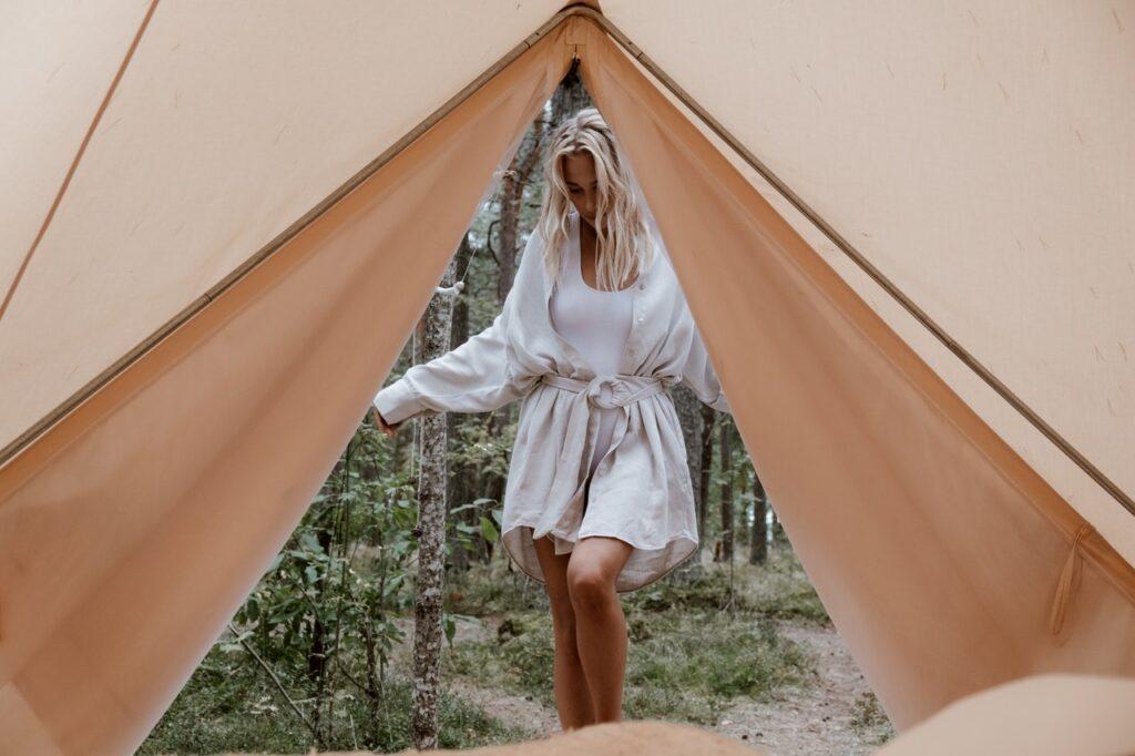 девушка заходит в палатку