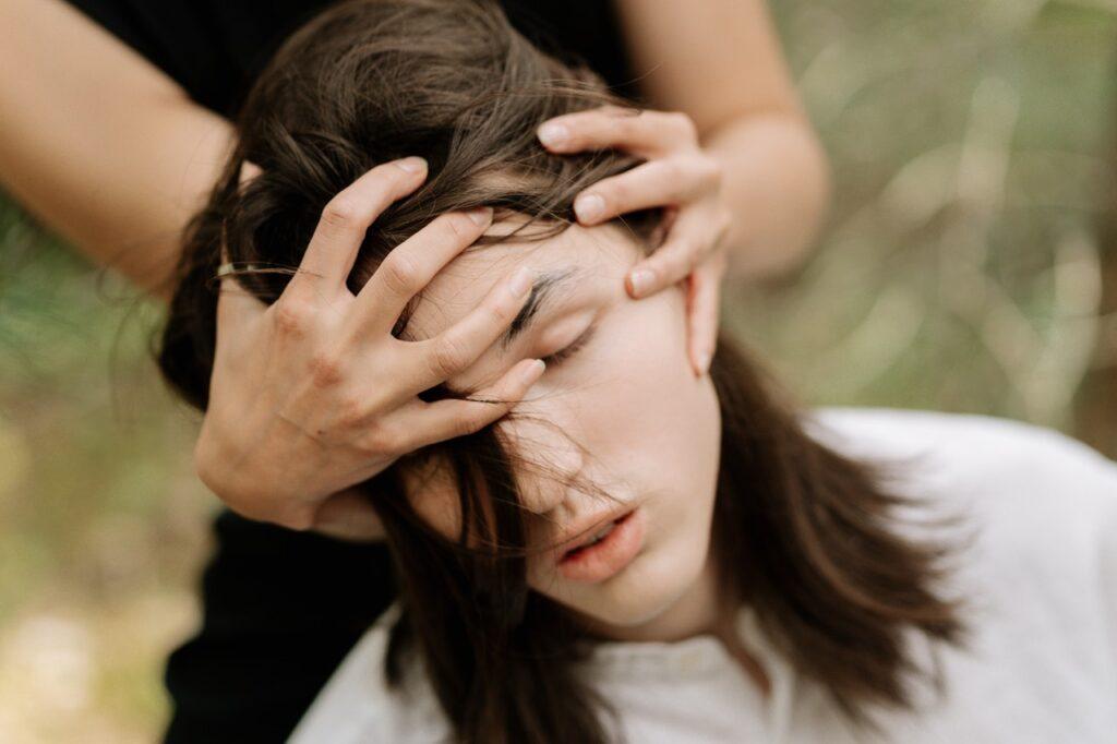 голова девушки в руках девушки