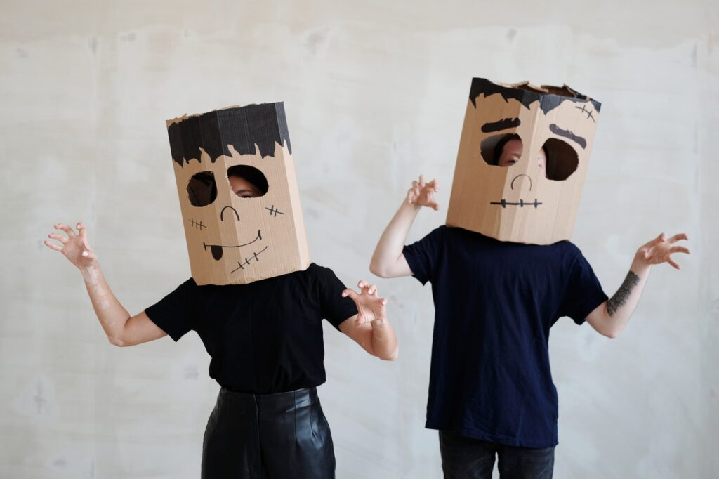 пара с коробками на голове
