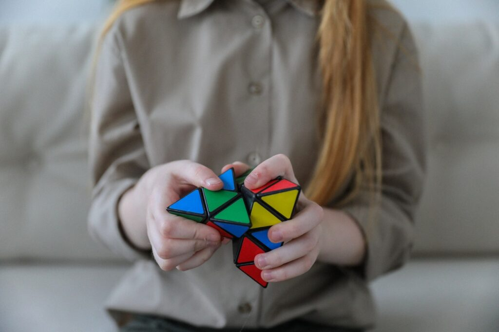 девушка с кубиком рубика