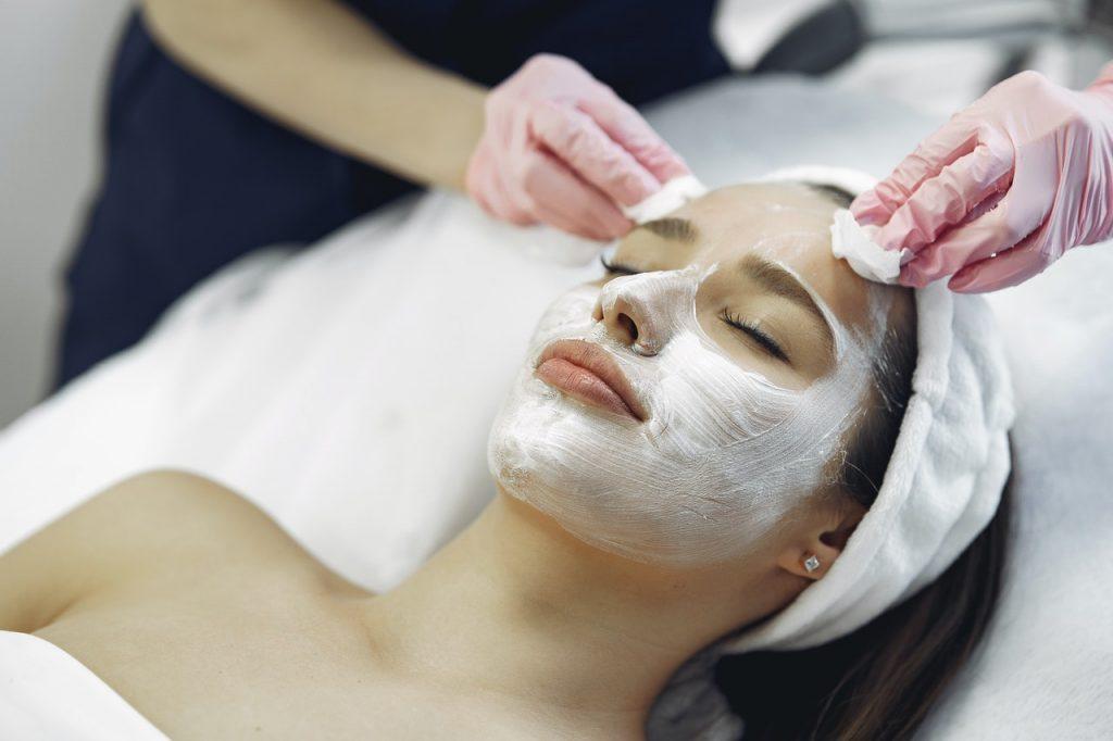 девушке очищают лицо