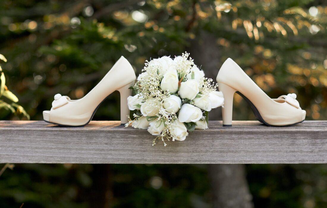 свадебные туфли и букет
