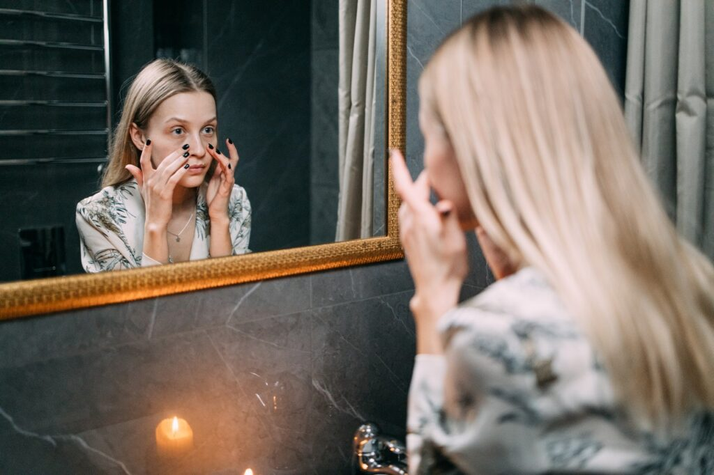 красивая девушка перед зеркалом