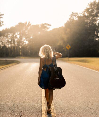 девушка на дороге с гитарой