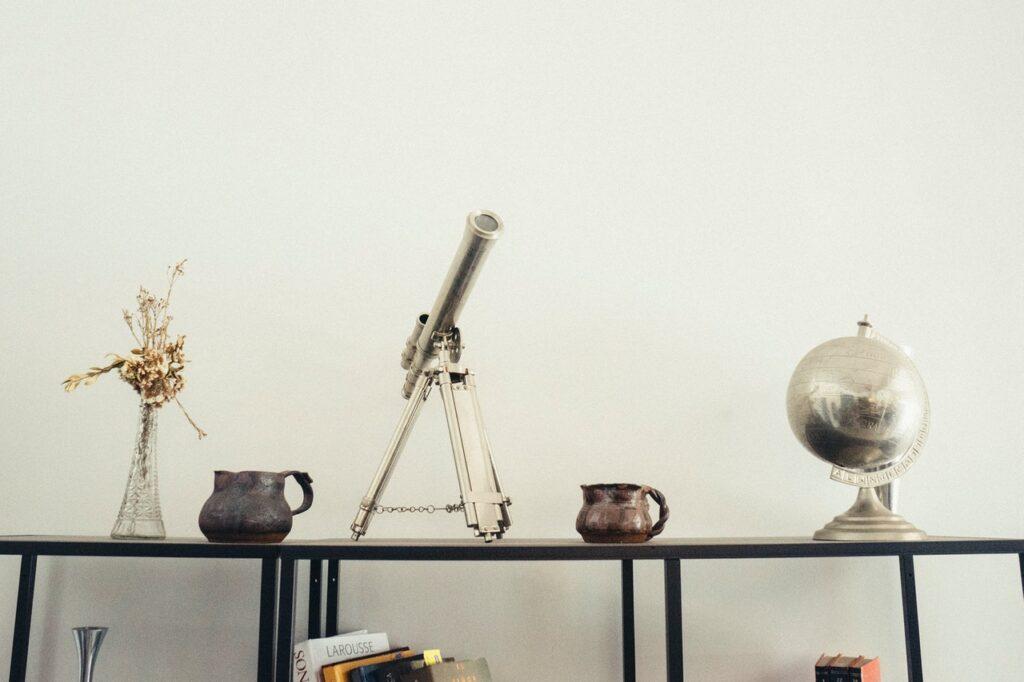 телескоп и глобус на полочке