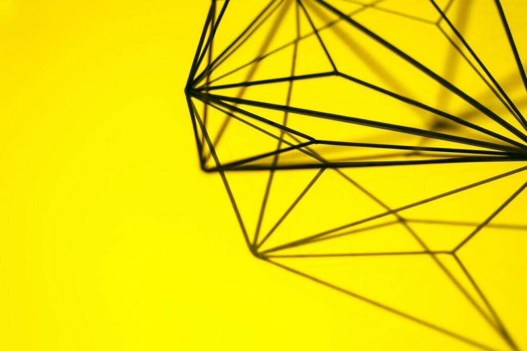 абстракция на желтом фоне