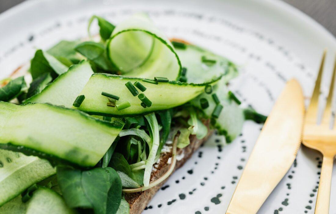 бутерброд с огурцом и зеленью