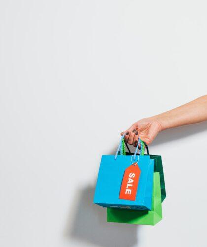 пакетики для покупок в руке