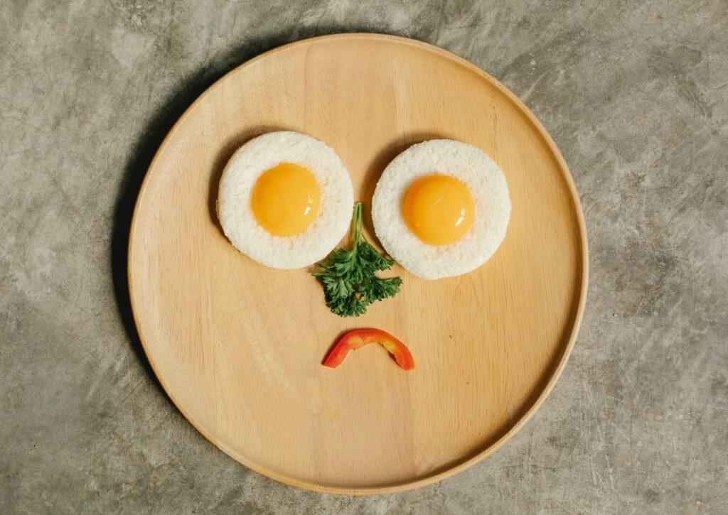 грустная яичница в тарелке