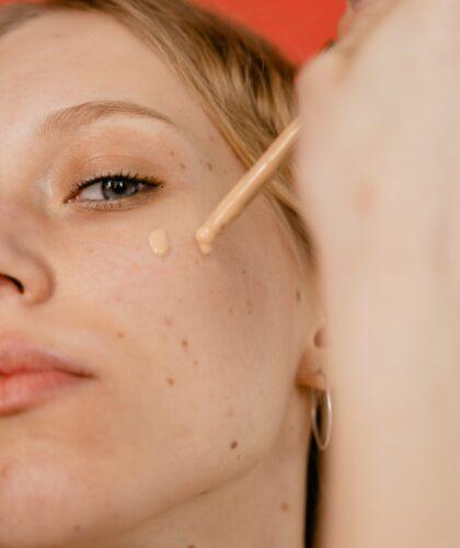 тональный крем на лице