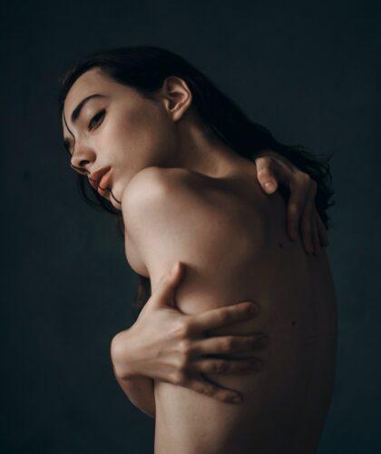 девушка обнимает себя